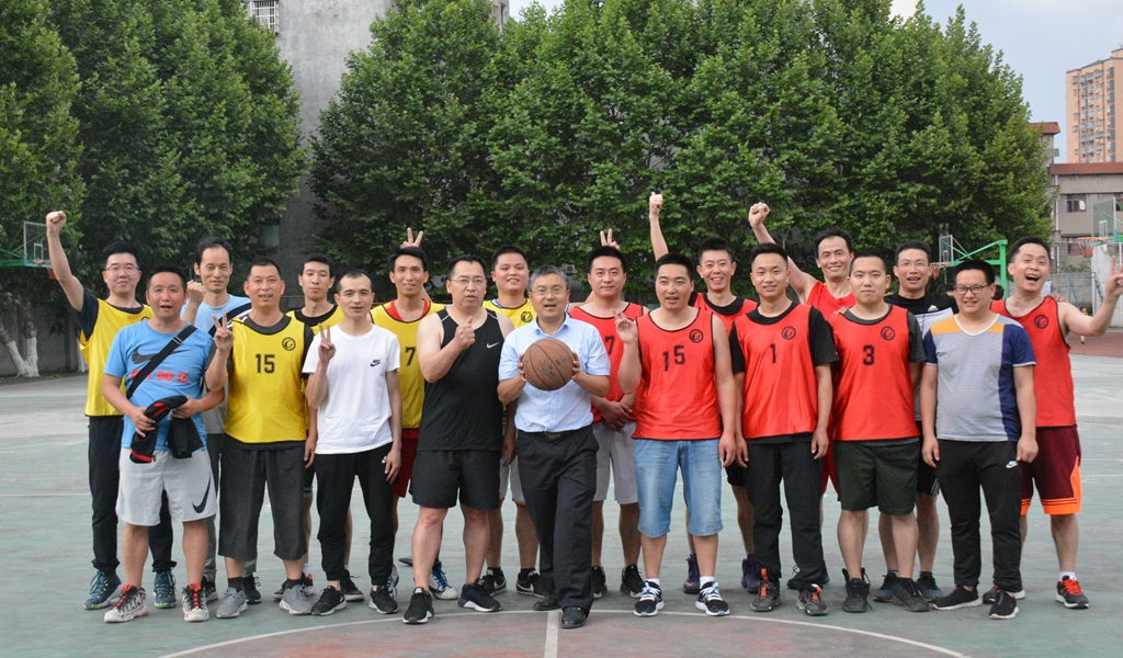 我校举xingjiao职gong业余篮球赛
